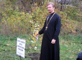 Фотография 2010 года. Источник: http://hramuspeniya.ru/novosti/belye-lentochki-pamyati