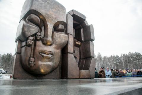 Фотография 2017 года. Источник: https://www.znak.com/2017-11-20/v_ekaterinburge_otkryli_vtoroy_v_rossii_pamyatnik_maski_skorbi_ernsta_neizvestnogo